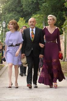 Den Gang zur Trauung nimmt auch Christian Louboutin in Begleitung auf sich. Ihm haben wir Frauen die schönen Heels mit der roten Sohlen zu verdanken. Ob Jessica bei ihrer Hochzeit ebenfalls ein Paar Louboutins trug, ist jedoch unklar, reichte ihr Kleid doch bis zum Boden.