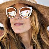 Sommer, Spaß und Sonnenbrille: Blake Lively begrüßt die Sonnenstrahlen mit diesem extravaganten Modell mit verspiegelten Gläsern von Privé Revaux. Und das gute Stück kostet sogar nur 30 Dollar!