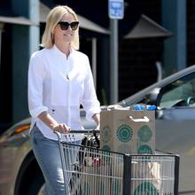 Ganz in Ruhe schiebt Charlize Theron ihren Einkaufswagen über den Parkplatz. Töchterchen August hat ihr Mama Gerda abgenommen und ist bereits zum Auto vorgegangen. So hat die Hollywood-Schönheit alle Zeit der Welt zu bummeln.