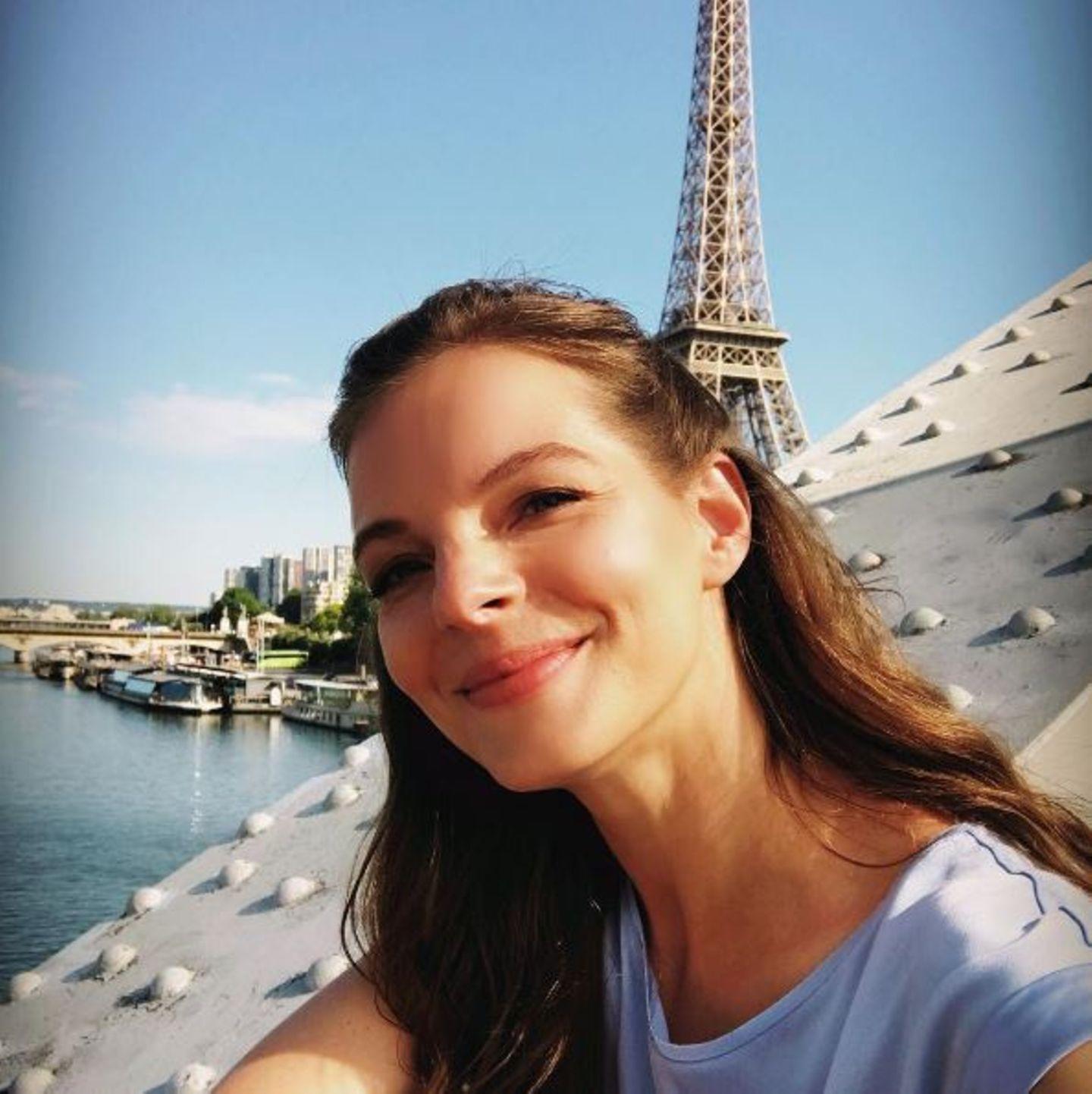 Wo Yvonne Catterfeld momentan Urlaub macht, ist wohl kaum zu übersehen. In Paris posiert sie vor dem berühmten Wahrzeichen der Stadt, dem Eiffelturm.