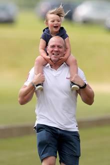 Mia hat sichtlich viel Spaß auf den Schultern ihres Papas.