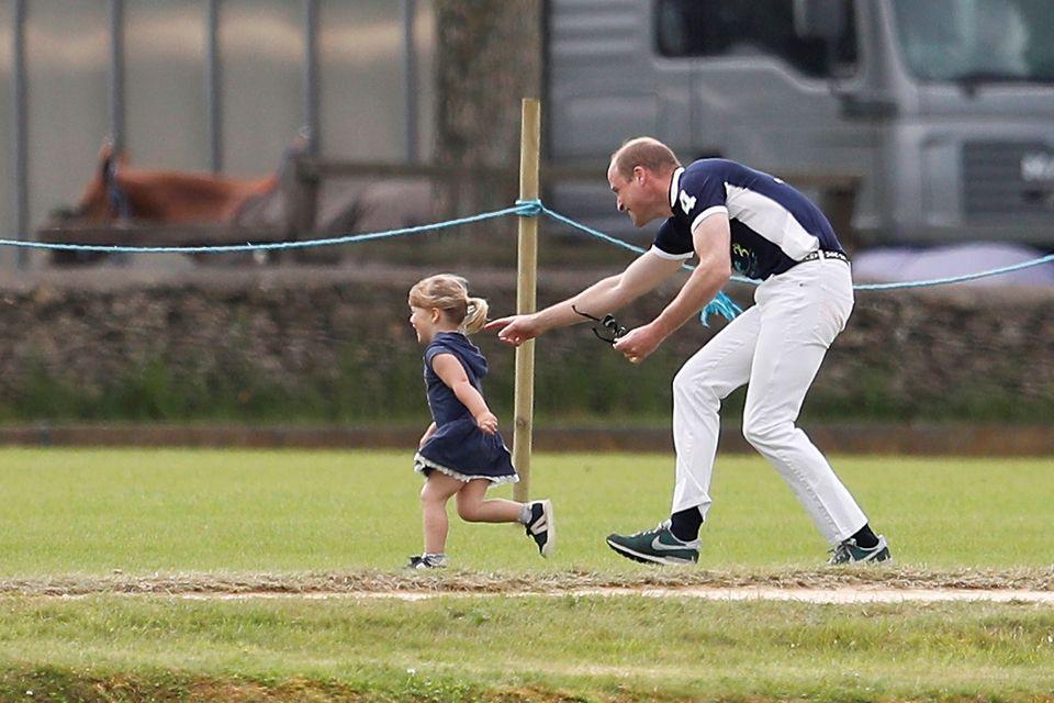 Der Spaß geht weiter: Prinz William jagt die Kleine über die ganze Wiese.