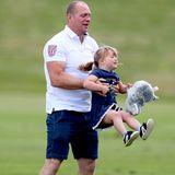 Mike Tindall wirbelt seine kleine Tochter durch die Luft. Dabei hält sie ihr Kuscheltier ganz fest.