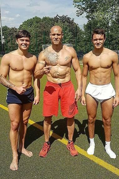 Der ehemalige Fußballspieler Thorsten Legat (m.) ist ein wahrer Muskelberg. Das beweist er mit diesem Post vom Sportplatz.
