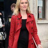 Unter ihrem roten Mantel blitzt Julia Stiles Babybäuchlein hervor.