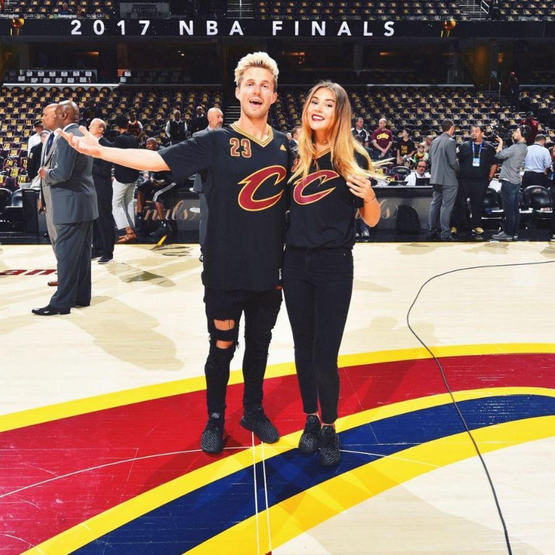 """Von Kopf bis Fuß im Partnerlook: Marcus Butler und Stefanie Giesinger haben sich für das """"NBA""""-Finale in Fan-Schale geworfen. Zu den Trikots tragen sie schwarze Jeans und das gleiche Paar Sneaker."""