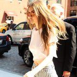 In der gleichen Woche ist Gigi erneut ohne BH unterwegs. Wieder trägt sie ein weißes, abgeschnittenes Shirt, das durch den Blick auf ihre blanke Brust zum sexy It-Piece wird.