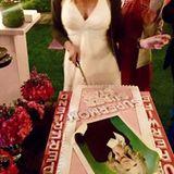 Superwife, Superfriend, Supermom! Das steht auf Veronica Ferres' Torte. Da schneidet sich die Schauspielerin doch gerne ein Stück von ab.