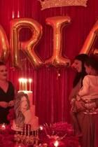 Zum Geburtstag von Supermodel Adriana Lima (r.) gab es ein Ständchen und eine Torte mit - wem auch sonst - Adriana Lima drauf.