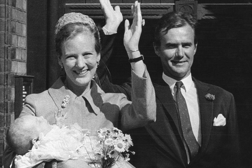 Königin Margrethe und Prinzgemahl Henrik strahlen im Jahr 1969 bei der Taufe ihres zweiten Sohnes, Prinz Joachim, in die Kamera.