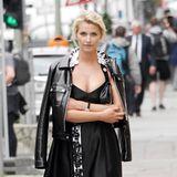 Ein blütenbesetztes Seidenkleid mit rockiger Lederjacke kombinieren? Topmodel Lena Gercke kann das hervorragend.
