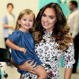 Medienwirksam lächeln kann die süße Sophia, auch Fifi genannt, schon genauso gut wie Mama Tamara Ecclestone. Und mit dem Denim-Kleidchen und den glitzernden Regenbogen-Ballerinas ist der bezaubernde Sommer-Look schon perfekt.