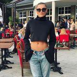 Wer so einen flachen Bauch hat, will ihn natürlich auch zeigen: Sophia Thomalla besucht im Jeans-Look mit Statement-Shirt und High Heels ein Charityevent in Berlin.