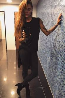 Rockig und freizeitlich lässig besucht Sophia Thomalla im Schwarzkomplettlook ein Konzert in Berlin.