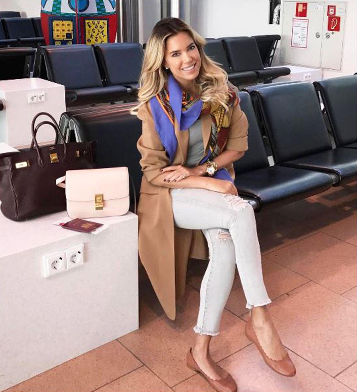 Eleganz am Airport. So könnte man dieses Foto von Sylvie Meis wohl am allerbesten beschreiben. Die Moderatorin reist stets sehr stilvoll.