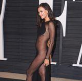 """Mit dieser Robe bei der """"Vanity Fair""""-Party 2015 setzte Supermodel Irina Shayk in puncto Transparenz ganz neue Maßstäbe."""