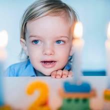 15. Juni 2017  Die stolze Mama, Prinzessin Madeleine, teilte auf Facebook weitere Fotos ihres Sohnes. Im Vordergrund erahnen wir einen der beliebten Geburtstagszüge, die jedes Jahr die passende Anzahl Kerzen tragen.