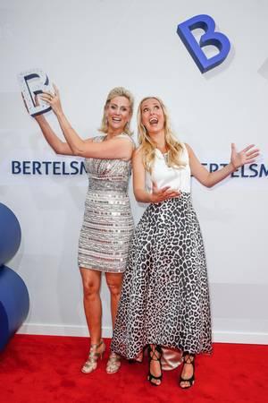 Angela Finger-Erben und Bettina von Schimmelmann führen durch die Bertelsmann-Party 2017 in Berlin.