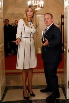 Ihre 1,80 Meter, die gerade neben dem Pressesprecher des Weißen Hauses Sean Spicer ganz deutlich werden, verhüllt Ivanka Trump mit Vorlieben in eleganten und oftmals schwarz-weißen Luxus-Looks wie diesen.