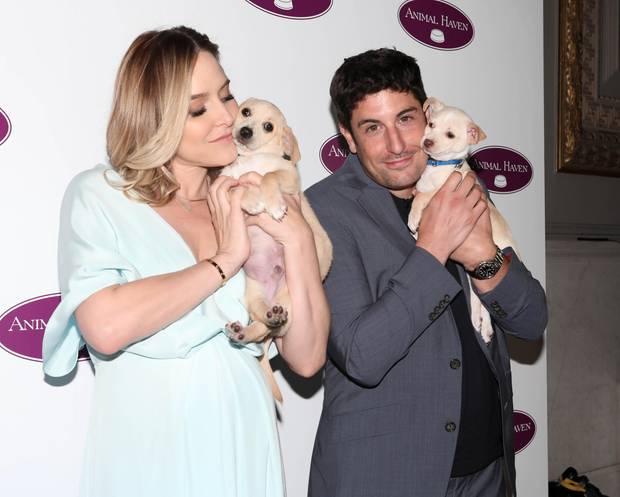 Gemeinsam mit seiner Frau Jenny Mollen posiert Schauspieler Jason Biggs mit süßen Hundewelpen. Man müsste meinen, dass einen so niedlichen Moment nichts erschüttern könnte. Diese Rechnung wurde aber ohne den Meister der peinlichen Momente gemacht...