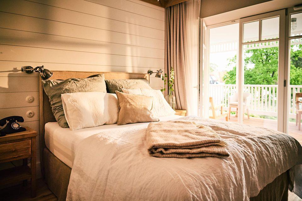 """Schlafen (wie) bei Til? Eastcoast-Charme, Boxspring- Betten und leckeres Bio-Essen erwartet die Gäste im """"Barefoot""""- Hotel in Timmendorfer Strand (www.barefoothotel.de; Zimmer: ab 90 Euro)"""