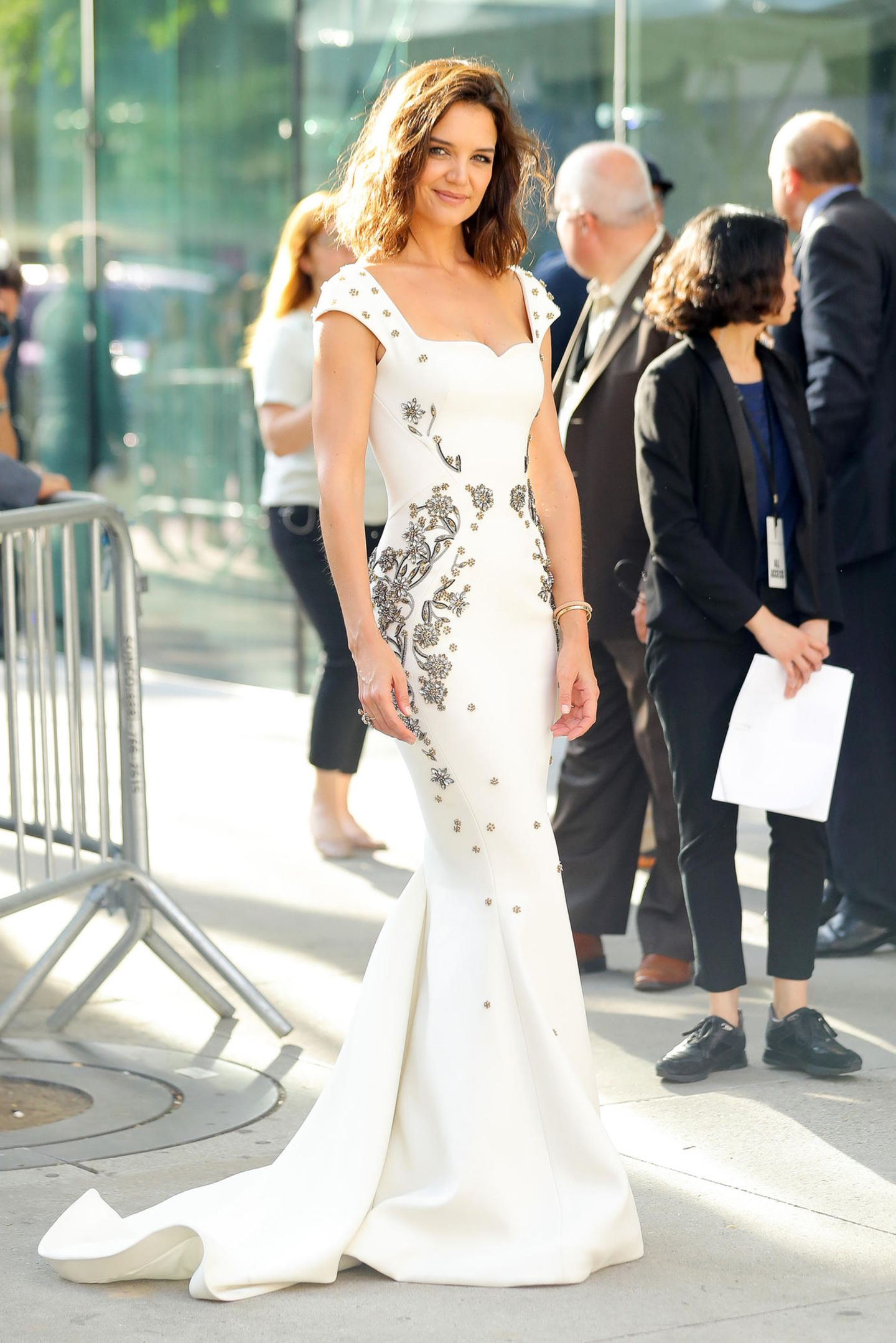 Katie Holmes ist im weißen Abendkleid mit floralen Silber-Stickereien die Fashion-Prinzessin des Abends.