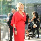 Country-Star Trisha Yearwood leuchtet rot in stilvollem Asia-Look.