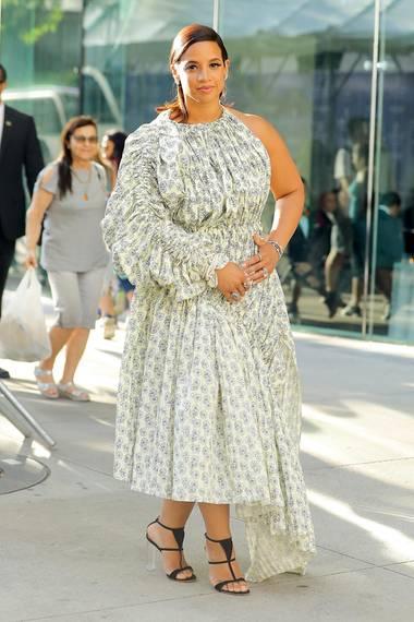 """""""Orange Is The New Black""""-Star Dascha Polanco hat sich mit dem gerafften, asymmetrischen Blümchen-Look keinen Fashion-Gefallen getan."""