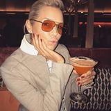 Auch Mama Yolanda Hadid kombiniert ein Modell aus Gigis Kollektion zu ihrem Martini.