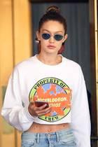 Die Coolness in Person: Gigi Hadid trägt zu einem lässigen Outfit eine Sonnenbrille aus ihrer eigenen Kollektion für Vogue Eyewear.