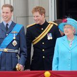 Dabei bleiben Prinz William und Harry in unmittelbarer Nähe zu ihrer Großmutter und strahlen mit ihr um die Wette.