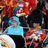 2009: Bis zu ihrem 60. Lebensjahr hat Queen Elizabeth zu Pferde an der Parade teilgenommen. So verlangt es schließlich die Tradition. Doch mit ihren 83 Jahren ist sie nun auf die Kutsche umgestiegen. Das freut auch Ehemann Prinz Philip, der nochmals fünf Jahre älter ist als sie.