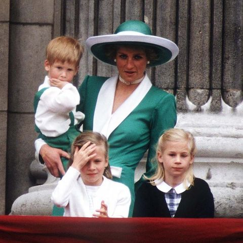 Auf dem Balkon gibt sie kurz darauf den nächsten umwerfenden Anblick ab: Ihr Outfit ist nicht nur wunderschön, sondern passt auch noch perfekt zu dem von Söhnchen Harry. William trägt hingegen ein dunkles Rot und könnte sich - wenn er dann wollte - glatt hinter der dekorierten Balustrade tarnen.
