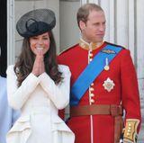 Auf dem Balkon ist sie anschließend mit ihrem Ehemann wiedervereint und kann ihr Glück kaum glauben.