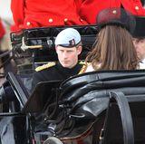 Während der Kutschfahrt muss sich Kate von ihrem William trennen, der in der Parade mitreitet. Dafür kann sie sich aber über die Gesellschaft von Prinz Harry freuen, der ihr gegenübersitzt.