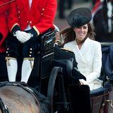 2011:Tatsächlich sitzt hier ein Jahr später Herzogin Catherine und hat damit ihren großen Auftritt. Für sie ist die Teilnahme an der Parade eine absolute Premiere.