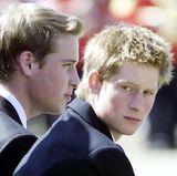 2003:Mittlerweile sind Prinz William und Harry zu jungen Männern herangewachsen und mussten in der Zwischenzeit den tragischen Tod ihrer Mutter Diana hinnehmen. Bei der alljährlichen Parade zeigen sie, dass sie ihre royalen Pflichten trotz Schicksalsschlägen mit Bravur meistern.