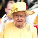 2012:Wie in jedem Jahr wählt die Queen ein farbenfrohes Outfit. Dieses Mal hat sie sich für einen Gelbton entschieden, der relativ dezent ist. Den Farbknaller hebt sie sich für 2016 auf.