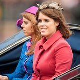 Ihre Enkelinnen, Eugenie und Beatrice, scheinen ihren farbenfrohen Geschmack geerbt zu haben. Auch sie erscheinen in bunten Outfits.