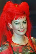 """Feuerrot und zu einem riesigen Haarberg aufgetürmt: So sah Enie van de Meiklokjes noch in den 90er Jahren aus. Hier bei einem Auftritt in der Sendung """"RTL Night Fever"""" 1998. Was ihre Zwillinge wohl sagen werden, wenn sie später einmal die Fotokiste ihrer Mama durchwühlen"""