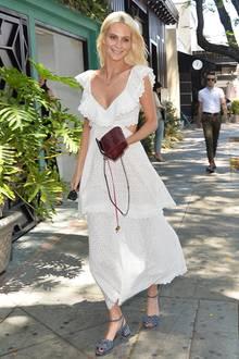 Ganz romantisch im weißen Spitzenkleid spaziert Poppy Delevingne gut gelaunt durch Hollywood.