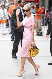 In rosafarbenem Seiden-Dress zeigt sich Zoe Kravitz am Times Square in New York.