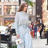 Farblich voll im pastelligen Sommer-Trend liegt Topmodel Gigi Hadid mit ihrer hellblauen Kombi aus luftigem Shirt und fließender Marlene-Hose.