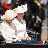 2013:Auch wenn die Parade zu Ehren der Queen stattfindet, richten sich in diesem Jahr alle Blicke auf Herzogin Catherine, die zum ersten Mal schwanger ist. In der Kutsche sieht man jedoch wenig von dem Babybauch der hübschen Kate, die über Witze von Prinz Harry lacht.