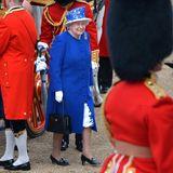 Und dennoch: Die Queen bleibt natürlich der Ehrengast der Veranstaltung und überzeugt mal wieder in einem auffälligen Look.