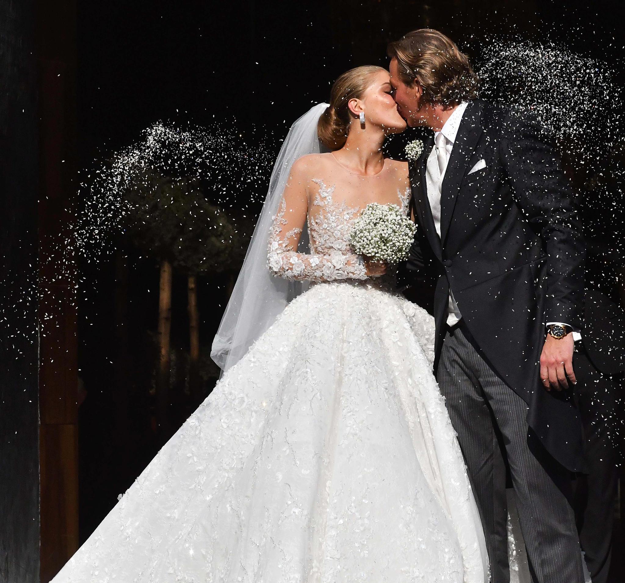 Der obere Teil des Brautkleides ist transparent und mit filigraner Spitze und Steinen besetzt.