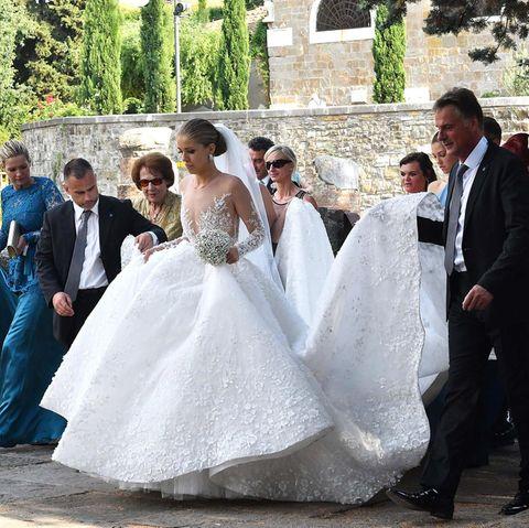 Ein echter Cinderella-Moment: Das Brautkleid von Victoria Swarovski hat einen weiten, ausgestellten Rock und eine super lange Schleppe.