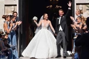 Was für ein Brautkleid! Victoria Swarovski verlässt frisch getraut, super happy und als absolute Prinzessin die Kirche.