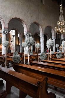 Wir erhaschen einen Blick auf die Dekoration im Inneren der Kirche.