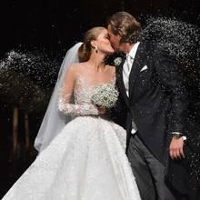 Wie romantisch! Victoria Swarovski küsst ihren frischgebackenen Ehemann, während sie traditionell mit Reis beworfen werden.